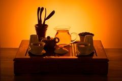 Комплект чая в оранжевом свете Стоковое Изображение RF