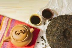 Комплект чая глины Исина китайца с чайником и чашками с горячей чернотой Стоковое фото RF
