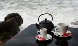 Комплект чая и кофе на черной сияющей таблице Стоковые Фото