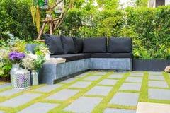 Комплект чая на каменном стенде в цветочном саде Стоковое Изображение