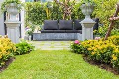 Комплект чая на каменном стенде в цветочном саде Стоковые Изображения RF