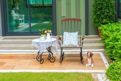 Комплект чая на классической таблице с кресло-качалкой Стоковые Фото