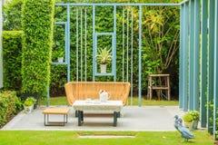 Комплект чая на таблице в малом саде Стоковая Фотография
