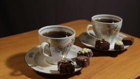 Комплект чая на таблице с конфетой шоколада видеоматериал