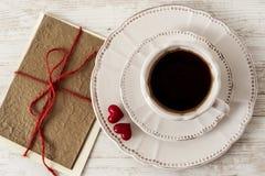 Комплект чая дня валентинки с чашкой кофе и поздравительной открыткой Стоковое Изображение RF