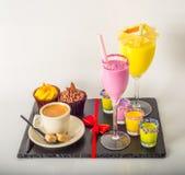 Комплект черного кофе в чашке, 2 булочек с желтой и розовый Стоковые Изображения RF