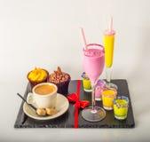 Комплект черного кофе в чашке, 2 булочек с желтой и розовый Стоковое Изображение RF