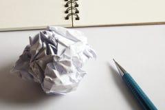 Комплект чертежа эскиза Скомканная бумага, карандаш, авторучка, тетрадь Стоковые Фотографии RF