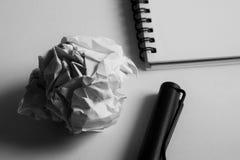 Комплект чертежа эскиза Скомканная бумага, карандаш, авторучка, тетрадь Стоковая Фотография RF