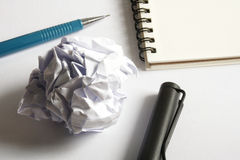 Комплект чертежа эскиза Скомканная бумага, карандаш, авторучка, тетрадь Стоковая Фотография