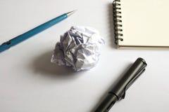 Комплект чертежа эскиза Скомканная бумага, карандаш, авторучка, тетрадь Стоковое Изображение