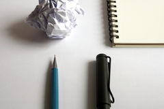 Комплект чертежа эскиза Скомканная бумага, карандаш, авторучка, тетрадь Стоковые Изображения