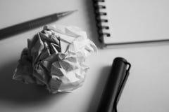 Комплект чертежа эскиза Скомканная бумага, карандаш, авторучка, тетрадь Стоковые Фото