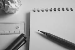 Комплект чертежа эскиза Скомканная бумага, карандаш, авторучка, тетрадь Стоковое фото RF