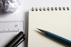 Комплект чертежа эскиза Скомканная бумага, карандаш, авторучка, тетрадь Стоковые Изображения RF