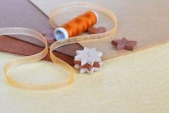 Комплект шить деталей - кнопок, декоративной ленты, войлока, потока в комплекте Стоковая Фотография RF