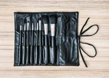 Комплект щеток косметики в черной кожаной сумке, красоте и моде Стоковая Фотография RF