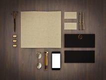 Комплект элементов идентичности на винтажной деревянной предпосылке Стоковое фото RF