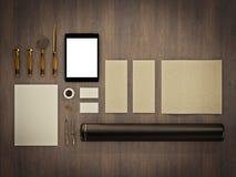 Комплект элементов идентичности на винтажной деревянной предпосылке Стоковые Фотографии RF
