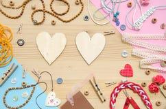 Комплект элементов для ремесленничества и декоративных деталей для handmade на деревянной предпосылке Плоское положение Стоковая Фотография RF