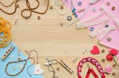 Комплект элементов для ремесленничества и декоративных деталей для handmade на деревянной предпосылке Плоское положение Стоковая Фотография