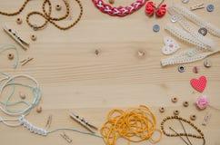 Комплект элементов для ремесленничества и декоративных деталей для handmade на деревянной предпосылке Плоское положение Стоковые Изображения RF