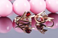 Комплект ювелирных изделий золота с рубиновыми и большими розовыми шариками Стоковые Изображения RF
