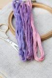 Комплект для вышивки, обруч вышивки и вышивка продевают нитку Стоковые Изображения RF