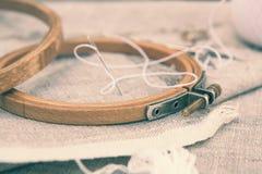 Комплект для вышивки, обруч вышивки и вышивка продевают нитку Стоковые Фотографии RF