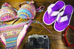 Комплект beachwear на деревянной предпосылке игрушка лета пасспорта праздника принципиальной схемы пляжа великобританская Стоковые Изображения