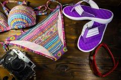Комплект beachwear на деревянной предпосылке игрушка лета пасспорта праздника принципиальной схемы пляжа великобританская Стоковое Фото