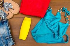Комплект beachwear на деревянной предпосылке Стоковое Изображение RF