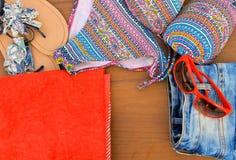 Комплект beachwear на деревянной предпосылке Стоковая Фотография