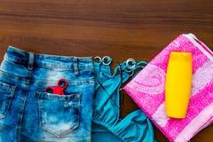 Комплект beachwear на деревянной предпосылке Стоковое фото RF
