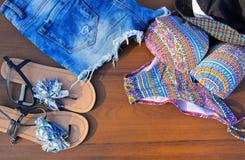 Комплект beachwear на деревянной предпосылке Стоковая Фотография RF