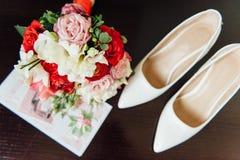 Комплект bridal букета, wedding цветет белые ботинки Стоковая Фотография RF