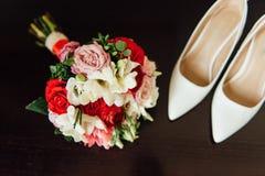 Комплект bridal букета, wedding цветет белые ботинки Стоковые Изображения
