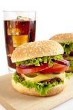 Комплект 2 cheeseburgers и стекел колы на деревянной доске Стоковая Фотография