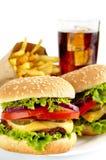 Комплект 2 cheeseburgers, французских фраев, стекла колы на плите Стоковое Изображение