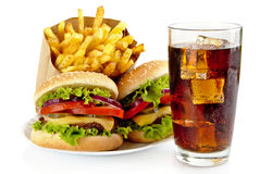 Комплект 2 cheeseburgers, французских фраев, стекла колы на плите Стоковая Фотография RF