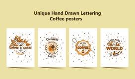 Комплект 4 Handdrawn плакатов литерности КОФЕ с отпечатками кружек кофе Стоковые Фото