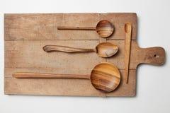 Комплект Kitchenware деревянной плиты, ложек, ножа Стоковое фото RF