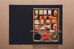 Комплект maki и кренов суш в коробке поставки коробки Стоковые Фото