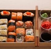 Комплект maki суш и крупного плана кренов в коробке поставки коробки Стоковые Изображения
