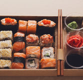 Комплект maki суш и крупного плана кренов в коробке поставки коробки Стоковые Фото