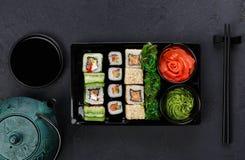 Комплект maki суш и крупного плана кренов в коробке поставки Стоковые Фото