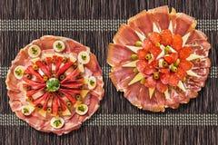 Комплект Meze блюд закуски смачный на деревенской заплетенной циновке таблицы пергамента Стоковое Фото