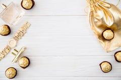 Комплект ` s женщин аксессуаров и помадок в золотом цвете на деревянном Стоковое Изображение RF