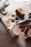 Комплект Scissor, кнопки, застежка-молния, рулетка, поток и кольцо дальше Стоковые Изображения