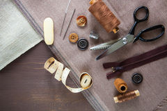 Комплект Scissor, кнопки, застежка-молния, рулетка, поток и кольцо дальше Стоковые Фото